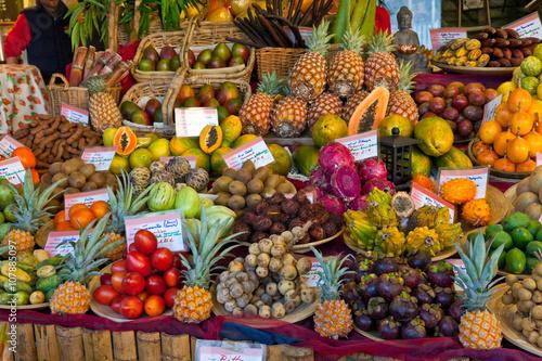 obststand-mit-exotischen-fruchten-auf-dem-viktualienmarkt-in-munchen