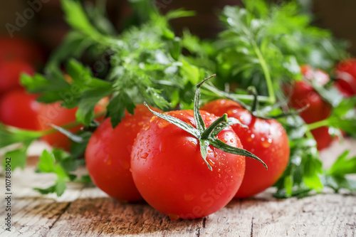 Fotografía  Wet red tomatoes, herbs, close-up shot, shallow depth of field,