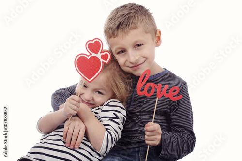 Fotografie, Obraz  portrait fillette et garçon avec écriteau amour et coeur