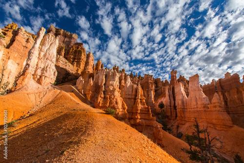 krajobraz-kanion-bryce-profilowane-na-glebokie-blekitne-niebo-z-chmurami