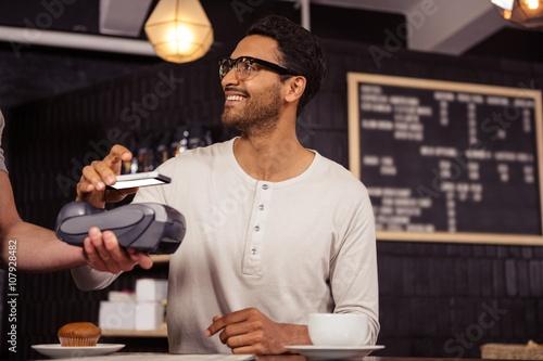 Fotografía  Man using mobile payment