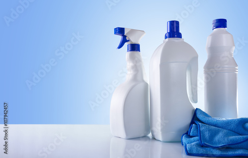 Fotografía  Cleaning products on white table overview
