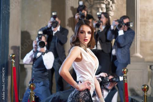 Fotografía  Los fotógrafos toman fotos en la alfombra roja de la persona famosa