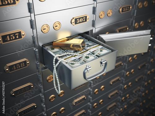 Fotografía  Open safe deposit box with money, jewels and golden ingot.
