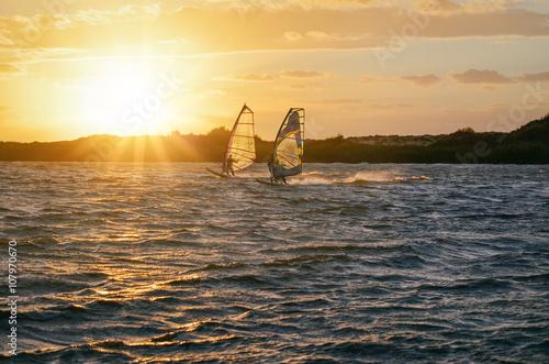 Zwei Windsurfer im Sonnenuntergang