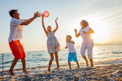 Photo  Family play on beach
