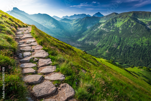 Fotografía  Footpath in the Tatras Mountains at sunrise, Poland