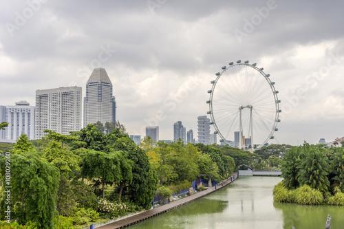 Photo  Ferris wheel and Singapore gardens at riverside