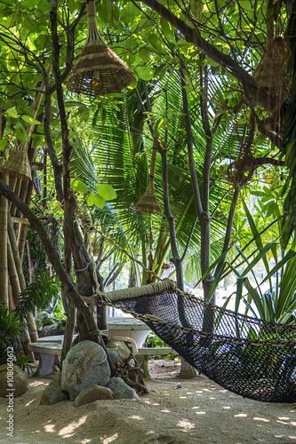 hamak-w-tropikalnej-pieknej-dzungli