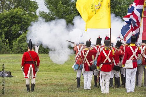 Foto  kingston, ontario - july 1: soldiers marching to battle during a