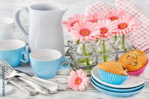 Fotografie, Obraz  Muffins und Blumen - Tisch, Geschirr und Dekoration