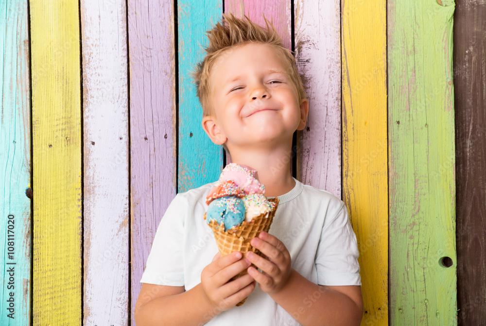 Fototapeta Junge isst eis im sommer