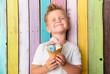 Leinwanddruck Bild - Junge isst eis im sommer