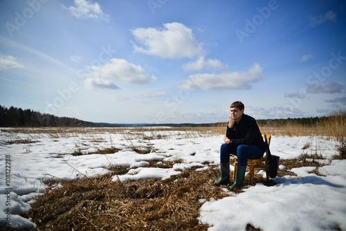 Fotografija  мужчина в поле переживает кризис