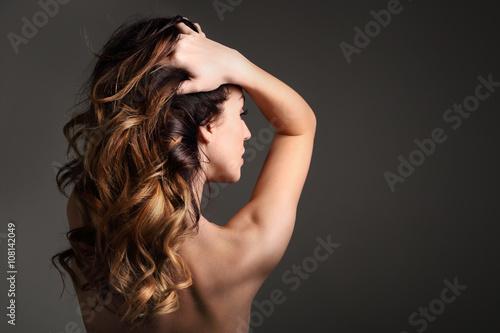 Fotografie, Obraz  Loki, włosy pełne objętości.