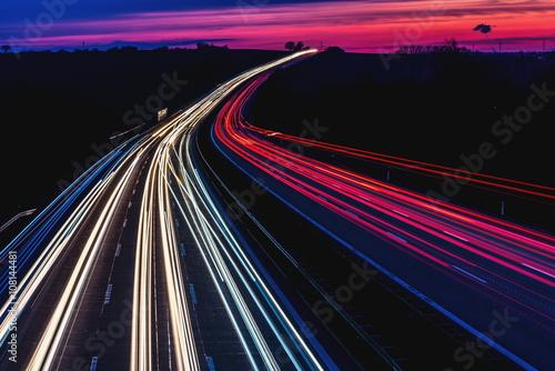 Fotografía  Lichtspuren der Autos, Autobahn bei Nacht