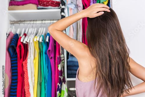 Fotografía  Inicio armario de la mujer indecisión elección de su equipo de la manera en la rejilla de la ropa