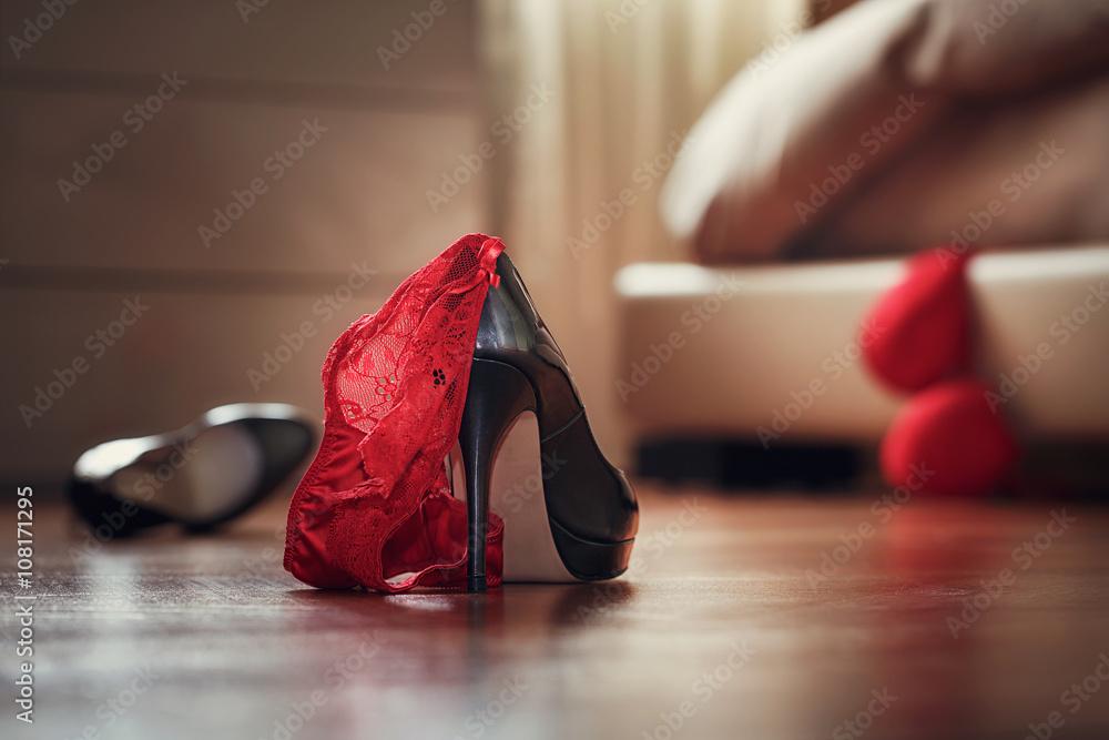 Schlafzimmer Chaos Mit Wäsche Und Schuhe, Schnellen Sex Konzept Foto,  Poster, Wandbilder Bei EuroPosters