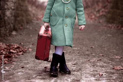Fotografie, Obraz  Mädchen mit Koffer, stehend