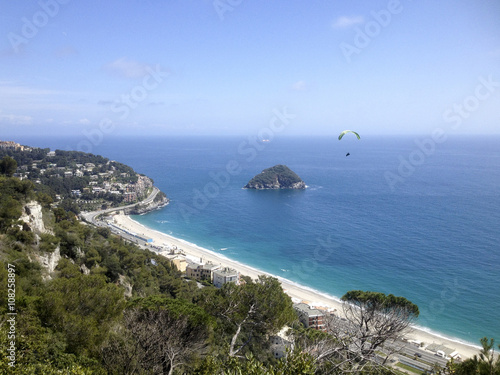 Photographie  Paragliding near the isle of Bergeggi, in ligurian riviera