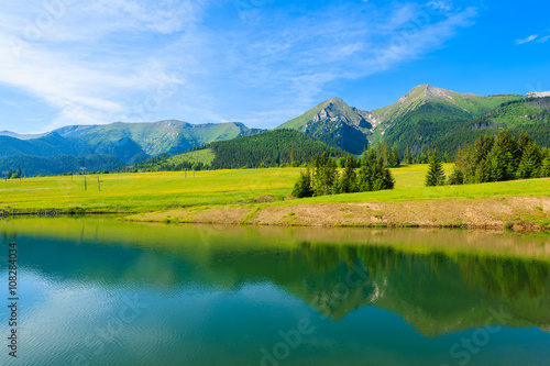 Poster Bergen A view of beautiful lake in summer landscape of Tatra Mountains, Slovakia