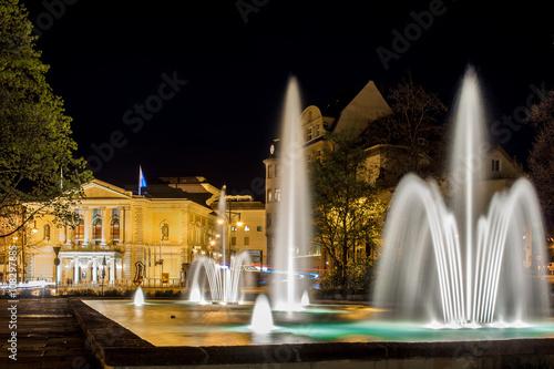 Fotobehang Volle maan Springbrunnen mit der Oper Halle im Hintergrund