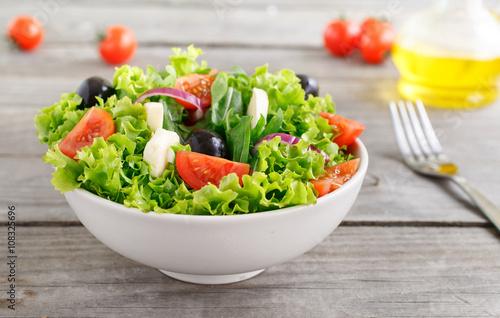 Fotografía  fresh vegetable salad with mozzarella