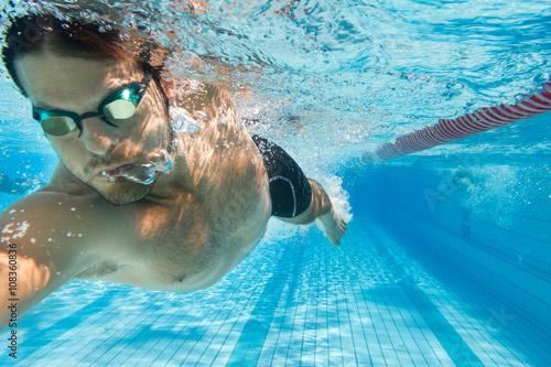 Mann schwimmt Kraul im Freibad - unter Wasser Canvas Print
