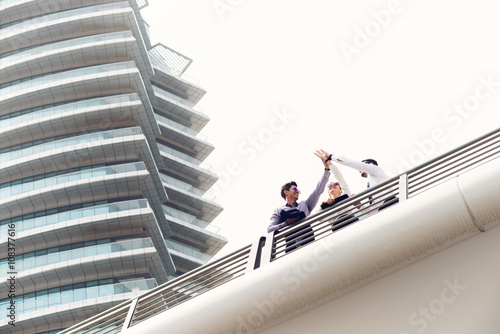 Photo  Businessmen walking at Dubai Marina.