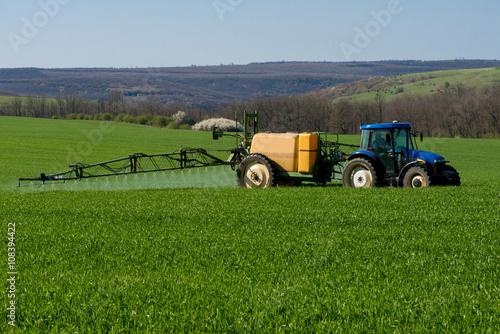 Zdjęcie XXL Ciągnik oprysków pestycydów w polu pszenicy