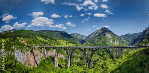 Montage in der Fensternische Schlucht Panorama of the Durdevica Tara Bridge on Tara River