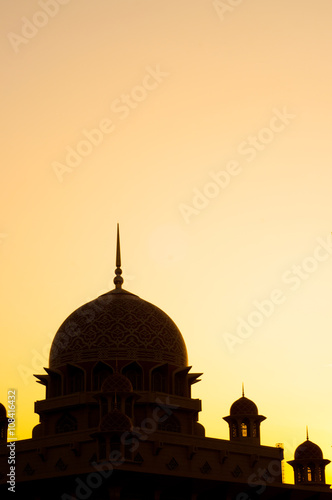 Photo  Silhouette of Putra Mosque at Putrajaya during sunrise.