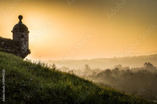 Fotografie, Obraz  Fortaleza de Valença do Minho, Atardecer con niebla