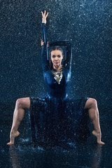 Obraz na SzkleThe young beautiful modern dancer dancing under water drops