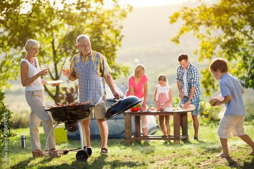 In de dag Kamperen family camping and cooking