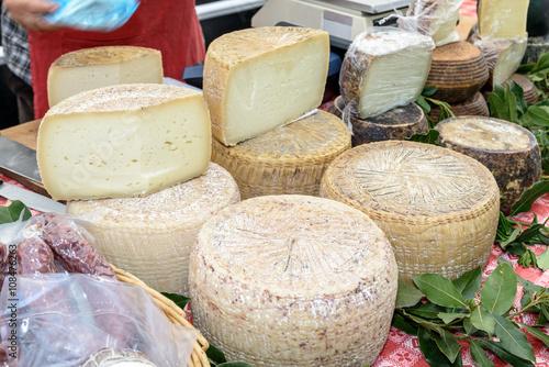 Платно Pecorino cheese of Sardinia / Pecorino cheese typical processing of Sardinia exposed for sale