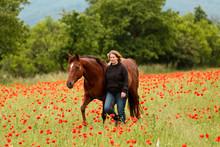 Frau Mit Pferden Im Mohn