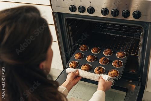 Fotografía  Beautiful woman Preparing Cookies And Muffins.