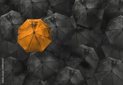 pomaranczowy-parasol-na-czarny-inny-biznes