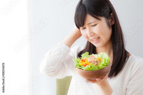 Valokuva  サラダを食べる女性、嫌い、苦手、ネガティブ