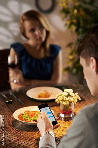 Valokuva  Texting on date