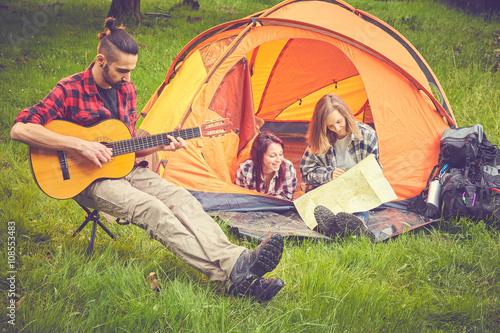 Keuken foto achterwand Muziekwinkel Ragazzi in tenda pianificano viaggio