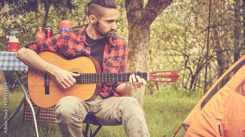 Spoed Foto op Canvas Muziekwinkel ragazzo suona chitarra all'aperto