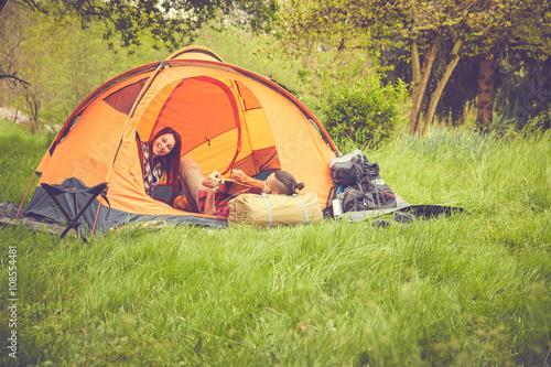 Deurstickers Muziekwinkel Coppia felice in tenda
