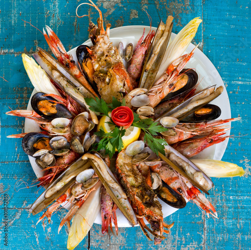 Poster Coquillage seafood dish on blue wooden table