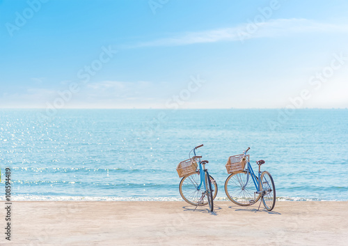 La pose en embrasure Velo Bike on the seaside,Two bicycle on the beach