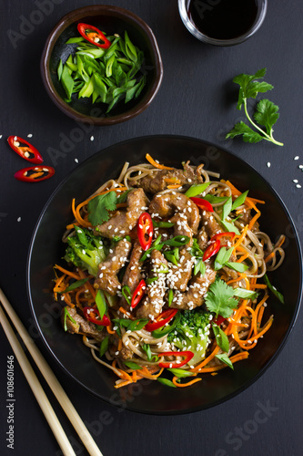 Photo  Bowl of soba noodles with beef and vegetables. Asian food.