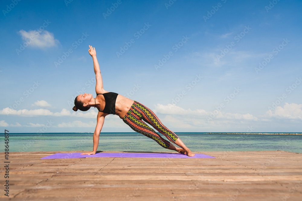 Foto  Frau Yoga am Meer am Morgen tun