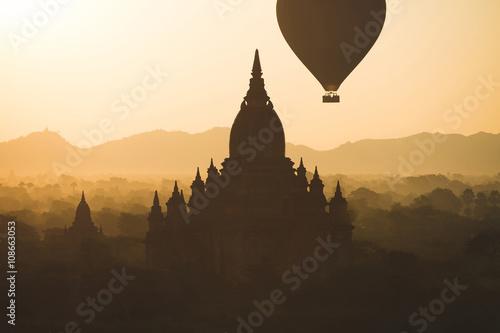 Fotobehang Zwavel geel Balloons over Bagan