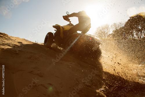 fototapeta na lodówkę Quad fährt im Sand